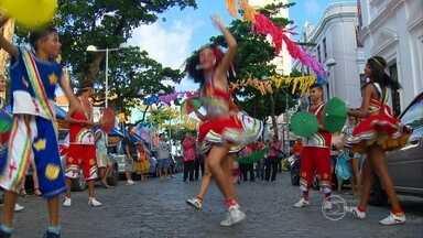 Quem trabalha no Bairro do Recife sai mais cedo para aproveitar o começo da festa - É muito fácil escutar o som do frevo pelas ruas.