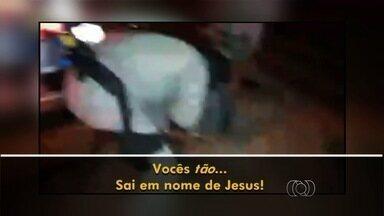 Policiais militares 'exorcizam' homem durante abordagem em Goiás - Nas cenas, um dos agentes grita ao suspeito: 'Sai em nome de Jesus'. PM confirma autenticidade das imagens e diz que ainda apura o caso.