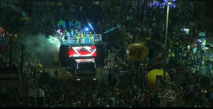 Milhares de pessoas desfilam no Bloco Muriçocas do Miramar em João Pessoa - O evento contou com atrações musicais como Lucy Alves e Alceu Valença.