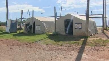 Famílias desabrigadas pela enchente do ano passado são retiradas de alojamentos - Famílias desabrigadas pela enchente do ano passado são retiradas de alojamentos.