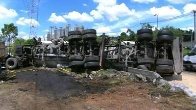 Acidente entre carretas causa interdição na Marginal Pinheiros - O acidente aconteceu na Marginal Pinheiros, no sentido Interlagos, na altura da Ponte Ari Torres, na Zona Sul de São Paulo. Uma das carretas, que transportava bobinas, quase caiu no rio.