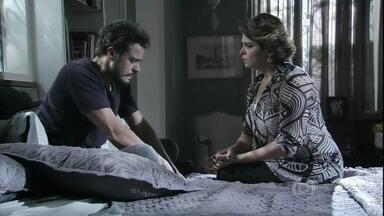 Beatriz cobra novamente uma resposta de Enrico - Esposa de Cláudio corre contra o tempo para tentar salvar o marido