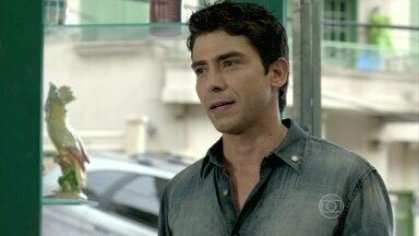Antônio vai ao salão da Xana - O cabeleireiro pensa em Luciano