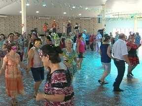 Vovôs e vovós fazem a festa no carnaval da terceira idade - Vovôs e vovós fazem a festa no carnaval da terceira idade