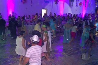 Baile 'Abre Alas' agita o carnaval de Mogi das Cruzes - O salão do clube ficou lotado nesta sexta-feira (13).