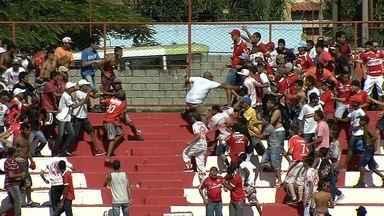 Briga entre torcidas do Vila Nova paralisa jogo em Goiânia; veja vídeo - Confusão interrompeu amistoso por 17 minutos; ninguém foi preso. Torcidas envolvidas selaram acordo de paz com o clube há 18 dias.