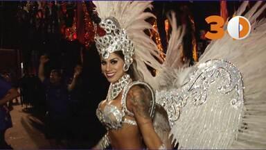 """30 segundos: Vanessa Mesquita, vencedora do BBB, se emociona ao desfilar pela Gaviões - """"Corinthiana roxa"""", vencedora do Big Brother Brasil 14 estreia na avenida pela Gaviões da Fiel e se diz emocionada com o desfile. """"Vou chorar"""", disse."""