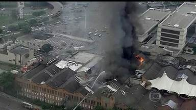 Incêndio atinge shopping center na Zona Norte do Rio - O fogo começou no segundo andar do shopping, que tem 300 lojas, um hotel, uma universidade e um centro empresarial. As causas ainda estão sendo investigadas. Não houve vítimas.