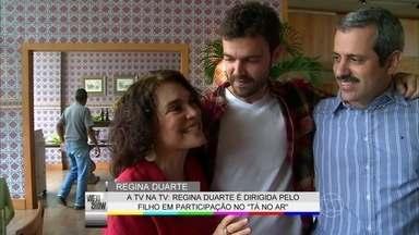 Regina Duarte é dirigida pela 1ª vez pelo filho: 'Adorei vê-lo dirigindo com gentileza' - Atriz marca presença na estreia da segunda temporada de Tá no Ar: a TV na TV e se emociona ao ser chamada de 'mãe' em pleno estúdio; assista!