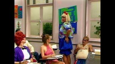 Dona Cacilda conta ao professor Raimundo que já namorou um toureiro - Na Escolinha, o mestre ouve Sandoval Quaresma explicar a invenção da lâmpada