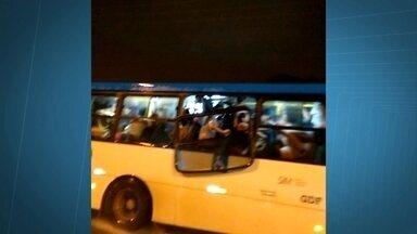 Vídeo flagra ônibus andando com a janela pendurada - As imagens são de Igor Rodrigues de Farias, morador do Riacho Fundo II. Com o coletivo lotado, um dos passageiros apoia a mão no vidro solto.