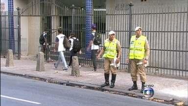 Guarda Municipal faz fiscalização no entorno de escolas do Rio - Por causa do aumento no trânsito, a Guarda Municipal realiza na manhã desta segunda-feira (23) uma operação para fiscalizar os motoristas no entorno das escolas.