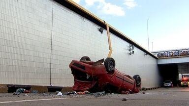 Motorista cai de altura de 7 metros após furar blitz no DF - Um casal furou uma blitz do Detran, fugiu e acabou caindo de uma altura de 7 metros no Buraco do Tatu. Os dois, no entanto, saíram do carro apenas com escoriações leves. Depois de serem atendidos no hospital, eles conseguiram fugir.