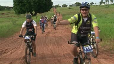 Cerca de 300 ciclistas se reuniram para apreciar a natureza - Um grupo de ciclistas se reuniu em Goioerê para pedalar e para desfrutar belas paisagens.