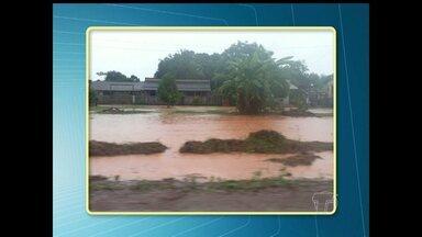 Domingo de chuva causa transtornos para moradores da área de planalto - Fotos mostram água da chuva empossada na margem da BR-163.