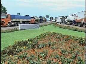 Pelo menos 9 rodovias de SC estão bloqueadas pela paralisação dos caminhoneiros - Pelo menos 9 rodovias de SC estão bloqueadas pela paralisação dos caminhoneiros; PRF monta esquema especial para controlar a situação.