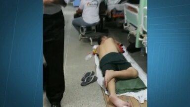 Paciente recebe soro deitado no chão no Hospital de Taguatinga, no DF - São vários os problemas nos hospitais públicos do DF. No sábado à noite, um paciente recebeu soro deitado no chão do Hospital de Taguatinga. Nesta segunda-feira (23), elevadores parados no Hospital de Base atrasaram consultas e cirurgias.