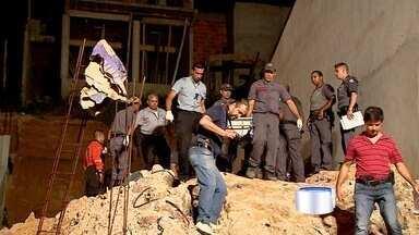 Pedreiro morre soterrado em obra na zona sul de São José dos Campos - Acidente aconteceu neste domingo (22) no Jardim Bandeirantes. Vítima tinha 57 anos e foi encontrada sem vida pelos bombeiros.