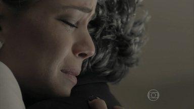 Cristina recebe a notícia da morte de Cora - José Alfredo ampara a filha