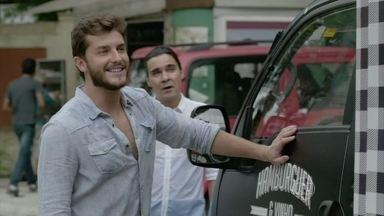 Leonardo cuida dos últimos preparativos de seu negócio com Amanda - O rapaz lava o caminhão que será usado no food truck