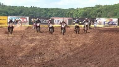 Mas de 100 pilotos disputam campeonato de motocross - Essa foi a primeira etapa da Copa Verão Costa Oeste de Motocross. A disputa foi na prainha de Porto Mendes e reuniu milhares de curiosos e apaixonados pelo esporte.