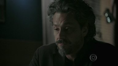 Zé Alfredo pensa no resultado do exame de DNA - Enquanto isso, Zé Pedro continua desacordado na sauna