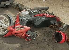 Mulher fica ferida depois de moto colidir com carro em Caruaru - Ela seguia na garupa de uma moto quando caiu devido ao impacto.