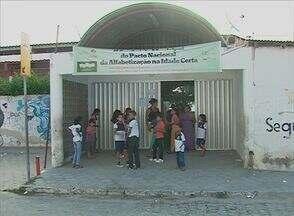 'Blitz do ABTV' mostra falta de fardamento para alunos de escolas municipais de Caruaru - Sem renovação do uniforme, só resta aos alunos usar a farda antiga.