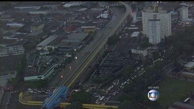 São Paulo está em estado de emergência por conta de uma forte chuva - Uma pessoa morreu eletrocutada. Em vários pontos, fios da rede elétrica caíram em contato com a água. Existem vários pontos de alagamento.