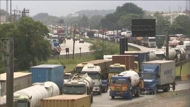 Força Nacional de Segurança tenta desbloquear estradas interditadas por caminhões - Na região de Assis, Centro Oeste paulista, a rodovia Raposo Tavares ficou parcialmente interditada nos dois sentidos durante todo dia. Houve transtornos e muita confusão também no acesso ao Porto de Santos.