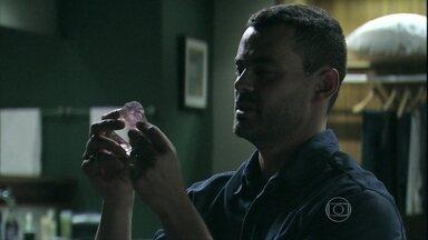Maurílio explica para Danielle como conseguiu o talismã do Comendador - A ex-mulher de Zé Pedro tenta tocar o diamante, mas vilão a impede