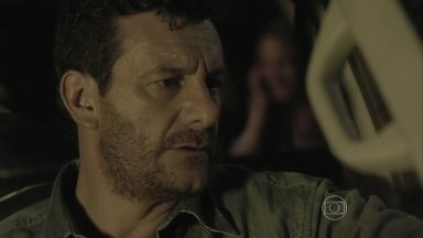 Josué ouve Cristina falando ao telefone com alguém misterioso - Fiel escudeiro de Zé Alfredo acaba concluindo que a jovem está por trás da identidade de Fabrício Melgaço