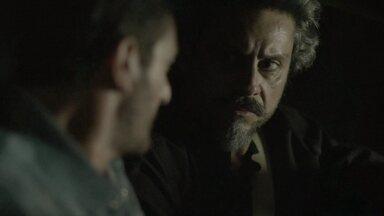 Zé Alfredo fica intrigado com desconfiança de Josué - Fiel escudeiro do Comendador acusa Cristina de ser Fabrício Melgaço. Zé procura Isis para desabafar e ruiva fica nervosa