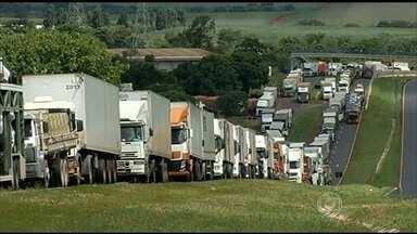 Governo exige fim dos bloqueios de caminhoneiros nas rodovias - O governo anunciou medidas para por fim aos protestos dos caminhoneiros em todo o país. No entanto, para que elas entrem em vigor, a exigência é o fim imediato dos bloqueios nas rodovias.