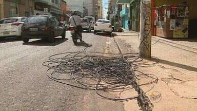 Fios elétricos estão abandonados no centro de Ribeirão Preto, SP - Situação é de transtorno para comerciantes da Rua São Sebastião