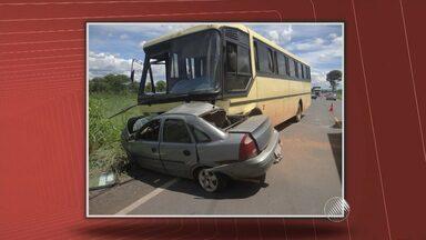 Duas pessoas morrem em acidente entre ônibus e veículo de passeio - Acidente foi na BR-135, região de Riachão das Neves.