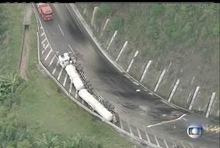 Caminhão toma e pista de subida da serra de Petrópolis, RJ, está interditada - Há grande quantidade de óleo na pista.