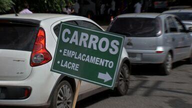 Motoristas pegam filas para emplacamento e vistoria de veículos no Detran em Cuiabá - Motoristas pegam filas para emplacamento e vistoria de veículos no Detran em Cuiabá.