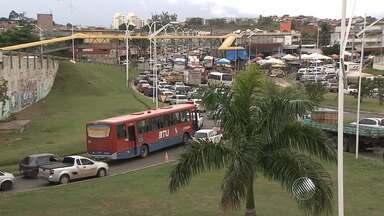 Rompimento de adutora deixa trânsito congestionado na rodovia Cia-Aeroporto - Segundo a Embasa, problema começou a ser solucionado ainda durante a manhã.