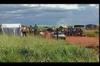 Centenas de famílias invadem áreas em Campo Florido - Ocupantes de propriedades pedem por facilidades de moradia. Advogado de donos das áreas na BR-262 tenta reintegração de posse.