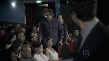 Edson Celulari fica revoltado ao descobrir nova lei - Ator mostra indignação com medida drástica em uma sala de cinema