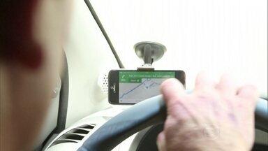 Saiba como não se distrair com o GPS e evitar acidentes ao volante - Parceiro na hora de encontrar o caminho ideal, navegador pode se tornar vilão se não utilizado de maneira adequada.