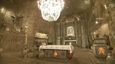 Cidade no sul da Polônia esconde enorme tesouro no subsolo - Na cidade de Wieliczka, uma mina de sal é atração para turistas. São 300 km de túneis a uma profundidade que chega a 327 metros. O local abriga capelas, esculturas e até uma catedral, feitos com sal.