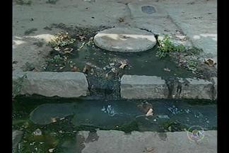 Moradores do bairro Vila Eduardo reclamam de esgoto estourado - O mau cheiro tem incomodado tanto que tem interferido, inclusive nos hábitos da comunidade