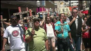 Professores estaduais mantém greve no Paraná - Hoje cedo os educadores participaram de uma passeata em Ponta Grossa.