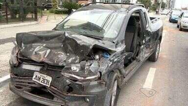 Acidente entre três veículos deixa vítima presa às ferragens em Vitória, ES - Colisão foi na Avenida Dante Micheline, na tarde desta segunda-feira.Vítima foi socorrida e levada para um hospital particular.