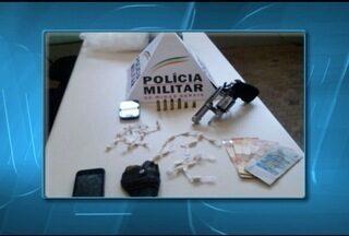 Dois menores são apreendidos com drogas e arma em Bocaiuva - Adolescentes são suspeitos de traficar drogas no Bairro São Geraldo.