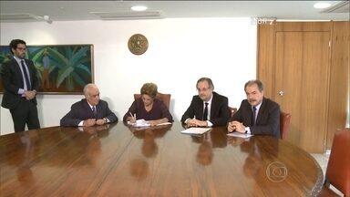 """Presidente Dilma Rousseff sanciona """"Lei dos Caminhoneiros"""" sem alterações - A lei autoriza que o caminhoneiro faça até quatro horas extras por dia, o que permite uma jornada de trabalho de 12 horas por dia."""