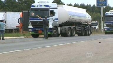 Protesto de caminhoneiros continua em RS, SC e MT na segunda-feira (2) - Manifestantes e tropa de choque entraram em confronto em Camaquã (RS). Confusão começou quando caminhoneiros tentaram parar trânsito na BR-116.