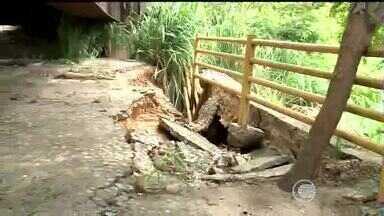 Ação das chuvas e a falta de manutenção deixa ponte danificada - Alguns motoristas já sentem alguns problemas que a ponte apresenta.Segundo um engenheiro o local precisa de reparos imediatamente.